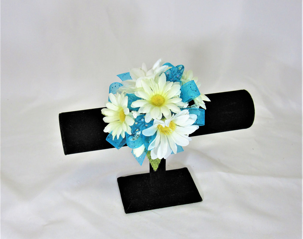 White Daisy wristlet with turquoise bow